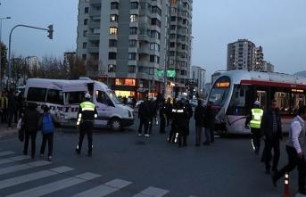 Kayseri'de tramvay öğrenci servisine çarptı