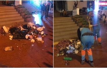 Toplanmayan çöplerini belediyenin önüne döktüler