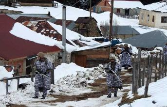 Asker o evleri tek tek kontrol ediyor