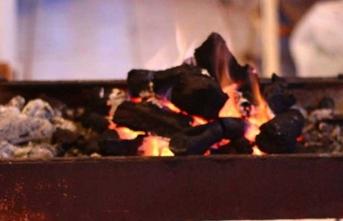 Banyoyu ısıtmak için mangal kömürü yakan çift zehirlendi