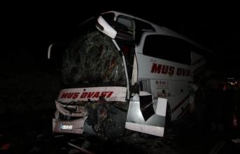 Bingöl'de yolcu otobüsü kamyona çarptı: 9 yaralı
