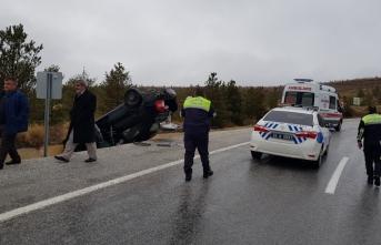 Erzincan'da otomobil şarampole devrildi: 2 yaralı