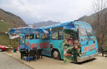Eski otobüsü seyyar lokantaya dönüştürdü