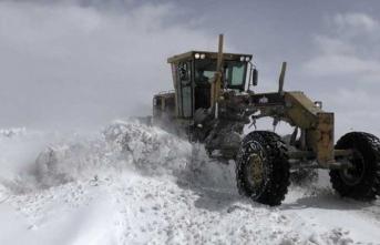 Kar yolları kapattı, sağlık ekibinin zorlu anları…