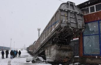 Manevra yapan yük treninin vagonu raydan çıktı
