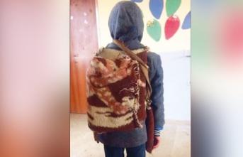 O okuldaki öğrencilere çanta, kırtasiye malzemesi dağıtılmış