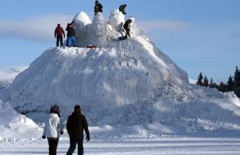 Sarıkamış'ta şehitler için kardan anıt