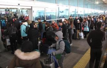 Havalimanı'nda dönüş kuyruğu terminal dışına taştı