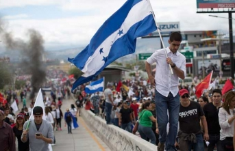 Honduras'ta karıştı! Binlerce kişi sokakta