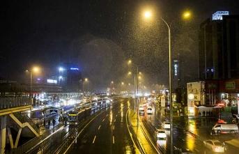 İstanbul'da beklenen kar başladı... Ne kadar sürecek?