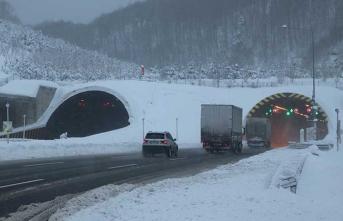 Sürücülere uyarı var... Kar kalınlığı yarım metreyi geçti