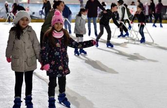 Kar pistinde kayan çocuklar yaşasın tatil diyor!