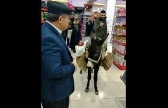 Markete eşekle alışverişe gelen bakın kim çıktı!