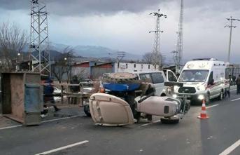 Minibüs ile traktör çarpıştı, çok sayıda yaralı var