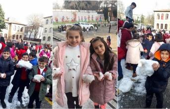 Öğrenciler 'taşıma karla' eğlendi