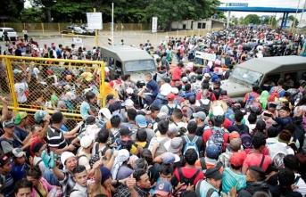 Sınırda hareketli saatler! Yüzlerce göçmen ABD'ye yürüyor