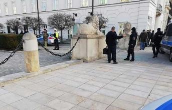 Varşova'da panik! Aracını Başkanlık Sarayı'na sürdü