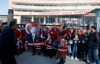 CHP önünde 'kırmızı yelekliler' eylemi