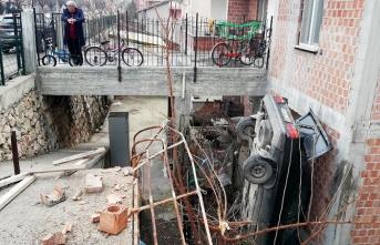 Şaşırtan olay! Otomobil evin bahçesine düştü