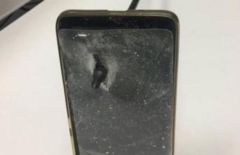 Cep telefonu oka kalkan oldu!