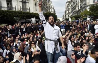 """Cezayir'de tansiyon yüksek! """"Mücahitler"""" protestoculardan yana…"""