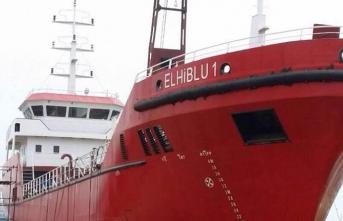 Göçmenlerin kaçırdığı gemi limana götürülüyor...