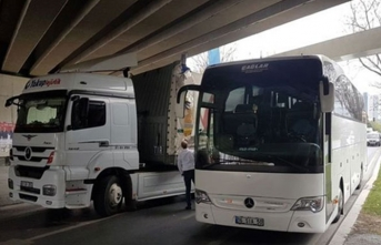 TIR ve otobüs aynı anda aynı yerde sıkıştı!