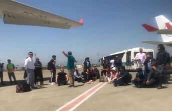 Geciken uçağı oturarak protesto ettiler