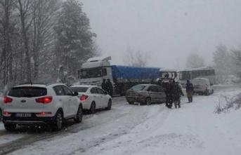 Kar bastırınca araçlar saatlerce yolda kaldı