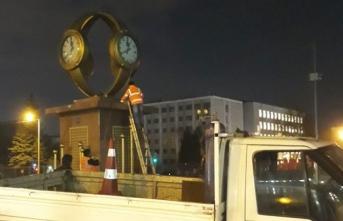 Mansur Yavaş, Melih Gökçek'in kol saati anıtını kaldırdı
