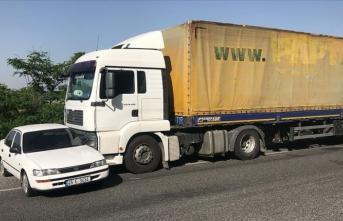 Otomobil tırın önünde 300 metre sürüklendi