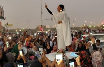 Sudan'da ordu, devlet televizyonu binasına girdi!
