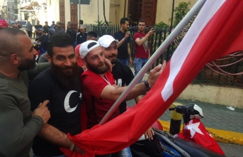 Burası Türkiye değil! Türk bayrakları ve mehterle sokaklara indiler