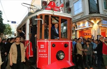 Cumhurbaşkanı Erdoğan Beyoğlu'nda nostaljik tramvaya bindi