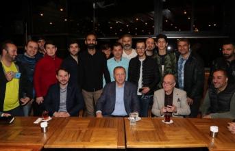 Cumhurbaşkanı Erdoğan kafede vatandaşlarla sohbet etti