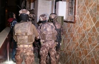 Bin polisle uyuşturucu baskını: 52 gözaltı