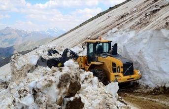 Haziranda 5 metrelik karla mücadele!