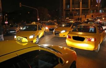İstanbul'da turistleri dolandırdığı iddia edilen taksicilere operasyon: 23 gözaltı
