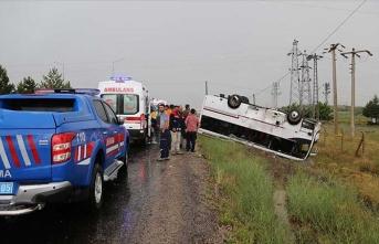 Turistleri taşıyan yolcu otobüsü ile otomobil çarpıştı: 27 yaralı