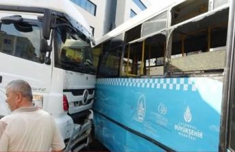 Tuzla'da hafriyat kamyonu halk otobüsüne çarptı!
