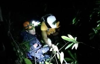 Kayalıklarda mahsur kalan 6 kişi kurtarıldı
