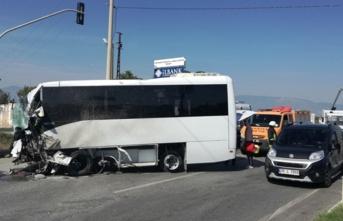 Feci kaza! Turistleri taşıyan midibüs devrildi