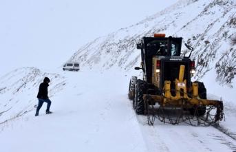 Kar ve tipi yolları kapattı: Mahsur kaldılar!