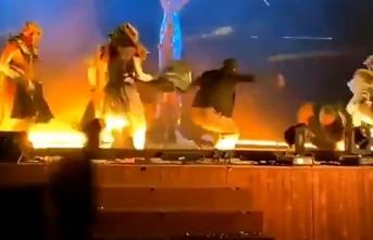 Korkunç olay! Sahnedeki sanatçılara bıçaklı saldırı: Yaralılar var