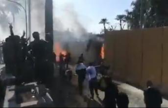 Duvarı ateşe verdiler! ABD Büyükelçiliği tahliye edildi!