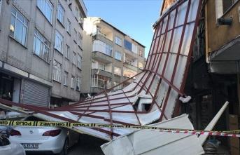 Lodosun etkisiyle bir binanın çatısı uçtu