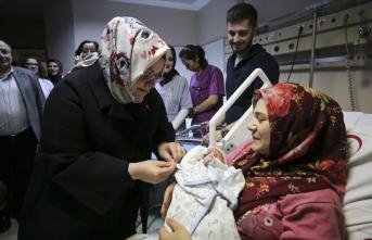 Bakan Selçuk'tan yeni yılın ilk bebeklerine ziyaret