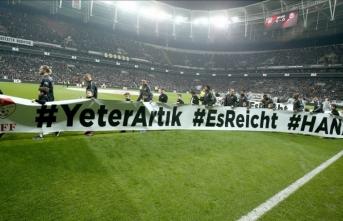 Beşiktaş-Trabzonspor maçında oyuncular sahaya ırkçılık karşıtı pankartla çıktı