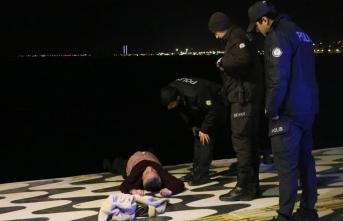 Denize düşen adamı polis kurtardı!