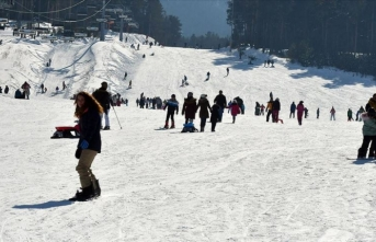 Sarıkamış ilçesindeki Cıbıltepe Kayak Merkezi'nde hafta sonu yoğunluğu